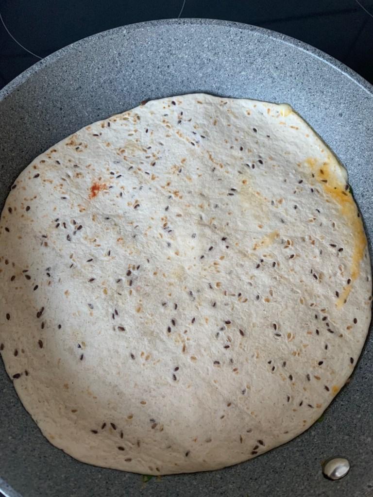 Tortilla auf das Omelett legen und andrücken