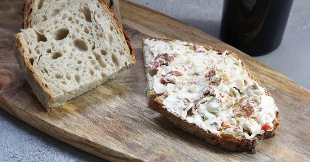 Frischkäse Aufstrich - Pinienkerne, getrocknete Tomaten und Oliven