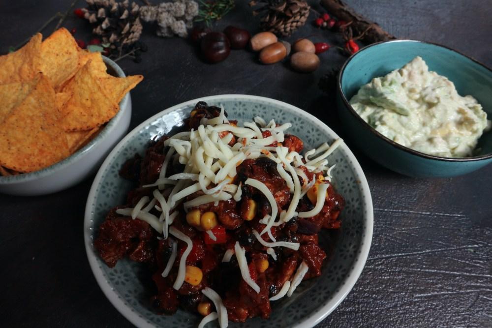 Chili, Avocadocreme und Nachos