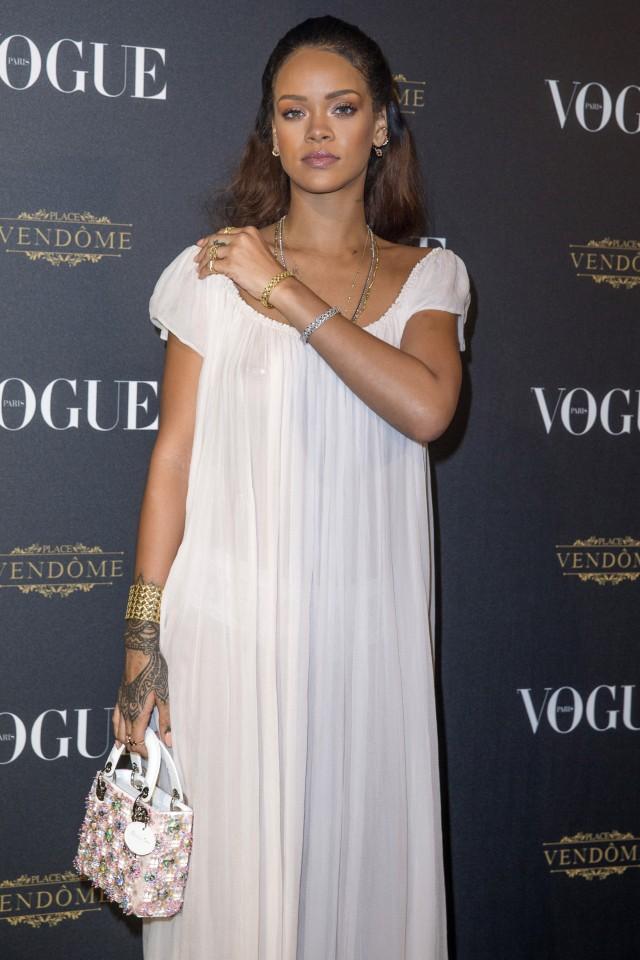 Rihanna rende le camice da notte sexy