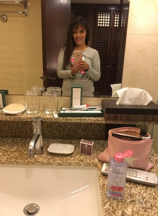 bathroom selfie in our Manila Hotel staycation