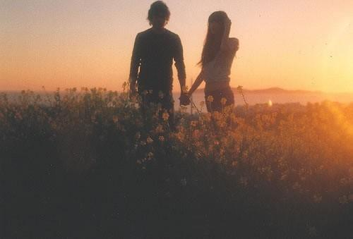 cute-couple-sunset-romantic-holding-hands