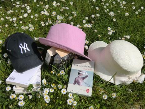 livres et chapeaux