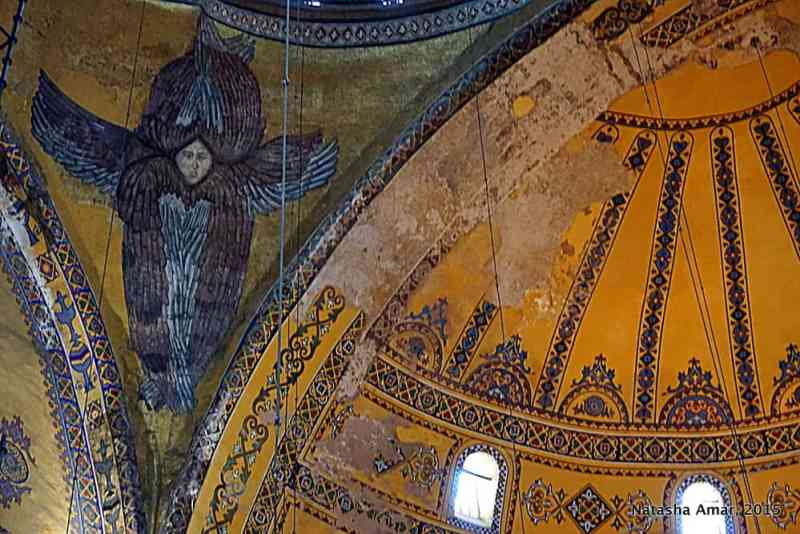 Angel figures adorn the four pendentives around the dome. These six winged angels (seraphim) are believed to protect God's throne.