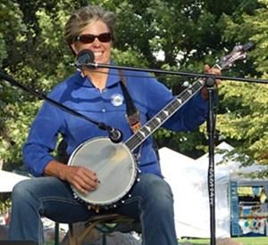 Mia Edsall playing banjo