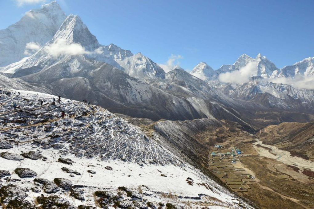 Broad views over Lobuche with multiple himalayan mountains in the background