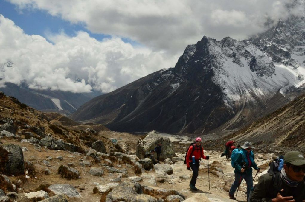 everest base camp trekking path on the seventh day