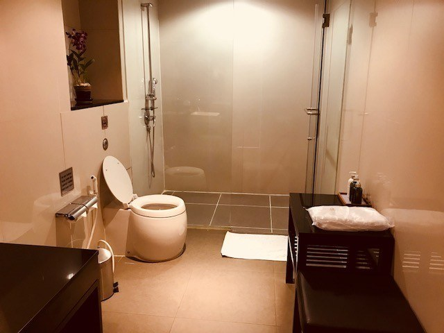 business class london to sydney shower at bangkok airport thai airways lounge