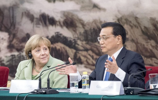 Chinese Premier Li Keqiang (R) and German Chancellor Angela Merkel meet with delegates attending the first meeting of Sino-German Advisory Committee on Economy in Beijing, capital of China, July 7, 2014 [Xinhua]