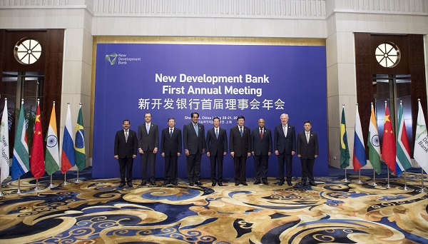 Chinese Vice Premier Zhang Gaoli (C) poses for a group photo with the heads of foreign delegations before the opening ceremony of the First Annual Meeting of New Development Bank in Shanghai, east China, July 20, 2016 [Xinhua]