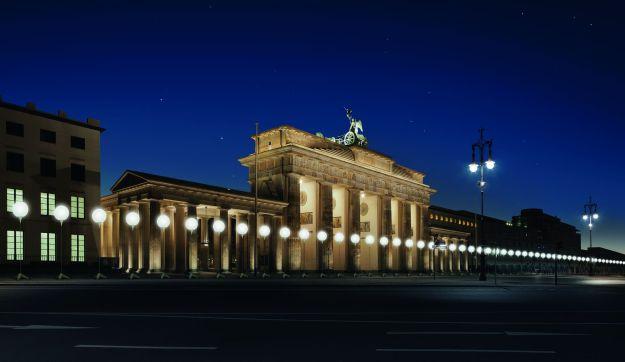 Visualization of the LICHTGRENZE at Brandenburg Gate  © Kulturprojekte Berlin_WHITEvoid / Christopher Bauder. Photo@ Daniel Büche (www.berlin.de/2013).