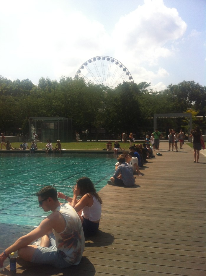 Enjoy the moment on Elizabeth Square - Dangle your feet and bask in the sunshine!