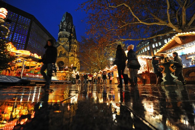The Christmas Market around the Kaiser Wilhelm Memorial Church (the Gedächtniskirche) at Breitscheidplatz. In Berlin © Jens Kalaene - picture alliance dpa.