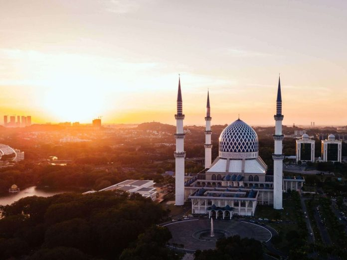 Masjid Sultan Salahuddin Abdul Aziz Shah, a state mosque at Shah Alam, Malaysia. One of the attractive spot in Far East Asia