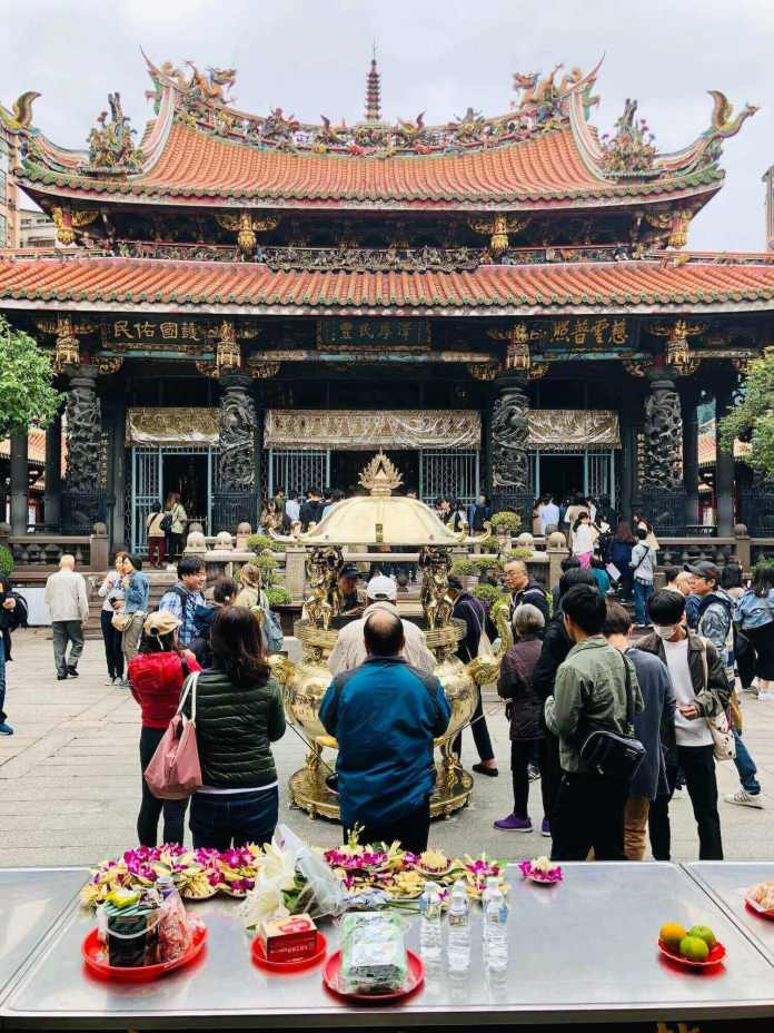 inside Lungshan temple