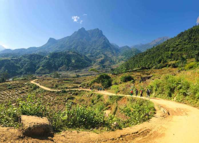 The winding road to the foot of Bach Moc Luong Tu mountain