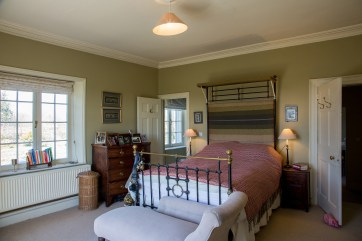 4Z2C4272 Master Bed 1