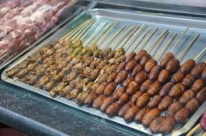 pupes de vers a soie sur le marche de bangkok