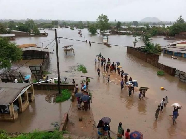 Malawians flee flooded areas. (Photo: Malawi24.com)