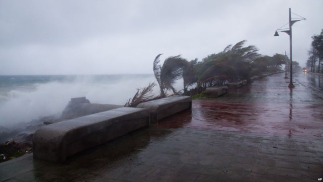 Tropical Storm Erika hits the island of Dominica, Aug. 28, 2015. (Photo: Google Images)