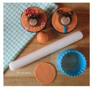 Lo que primero tenemos que hacer es cortar un círculo de fondant del color que mas nos guste para colocarlo sobre nuestra cupcake a decorar, yo usé el color naranja, pero recuerda tu puedes usar el color que mas te guste o el que mamá o papá tenga a mano