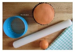 Corta un círculo del tamaño de la cupcake