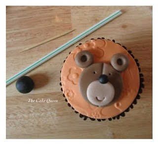 Con la ayuda de nuestra pajita, marcaremos la boquita del oso, y con el palillo o bien el espagueti marcaremos donde queremos colocar los ojos de nuestra mascota