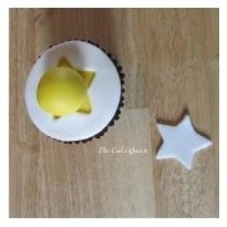 Con el fondant de color amarillo, hacemos una bolita, ésta será la cabeza de nuestro pollito, esta bolita la colocamos justo sobre esa estrella