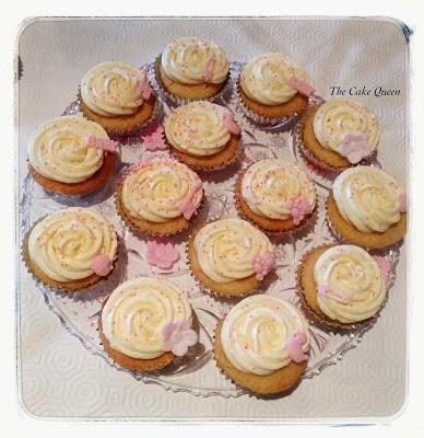 La mesa rosa para el bautizo de Alba, cupcakes de limón