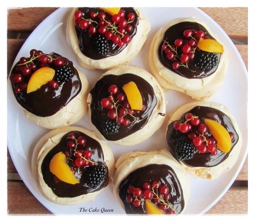 Mini Pavlovas con mascarpone y cobertura de chocolate y frutas, el relleno de mascarpone es espectacular