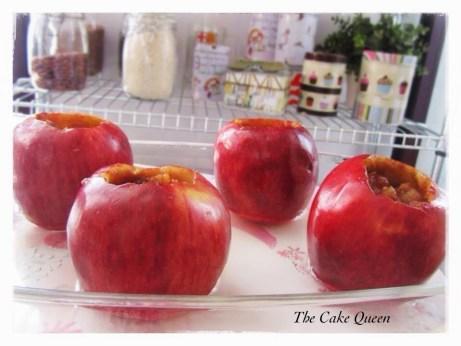 Manzanas asadas: colocamos las manzanas rellenas en una fuente de vidrio para horno. La fuente debe de tener agua para que no se queme el zumo que vayan soltando las mismas
