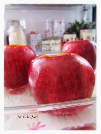Manzanas asadas: una vez hayamos vaciado nuestras manzanas, debemos de rociarlas con el zumo del limón, esto evitará que se ennegrezcan por dentro