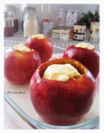 Manzanas asadas: cuando nuestra compota adquiera temperatura ambiente, rellenamos nuestras manzanas con ésta. En el tope de estas colocamos una cucharadita de mantequilla sin sal