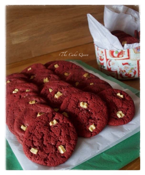 Galletas red velvet con chispas de chocolate blanco