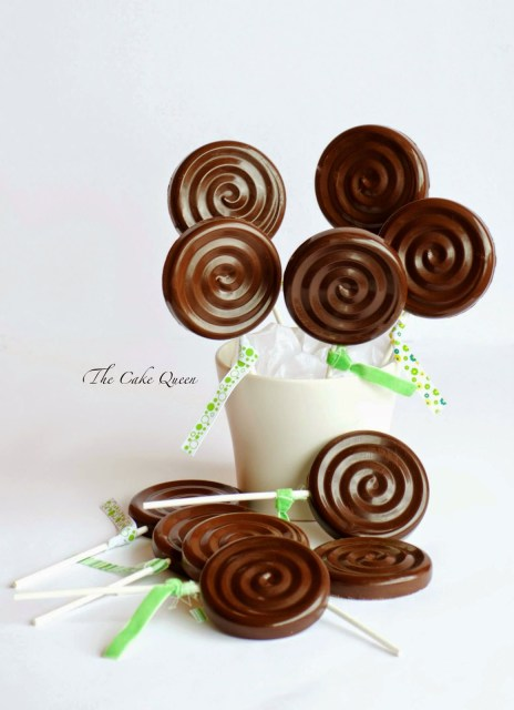 Piruletas de bizcocho y chocolate, las piruletas las puedes colocar en una maceta limpia y ésta a su vez puede estar como centro de mesa o bien colocarla en la mesa dulce