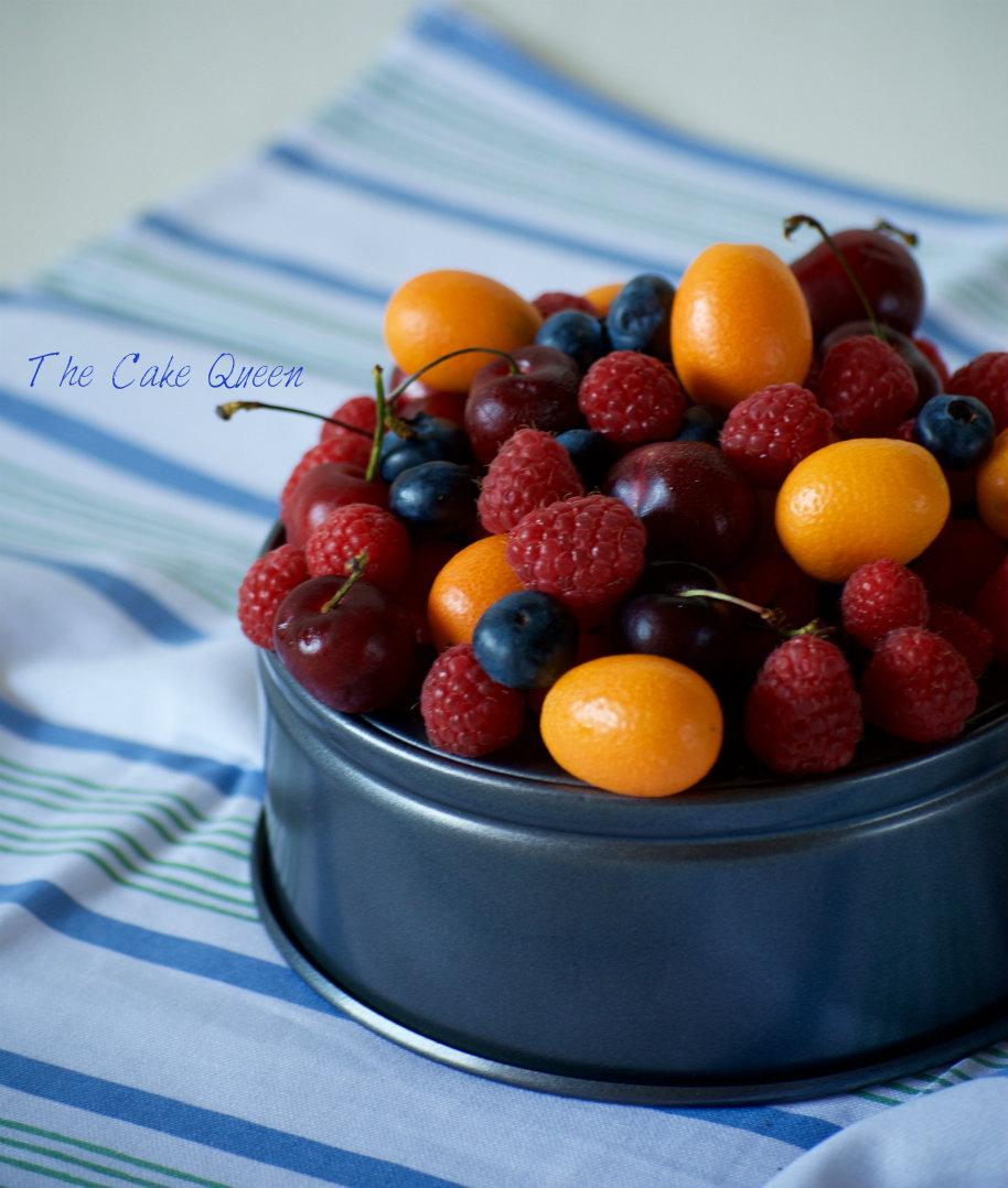 Tarta de chocolate y merengue con frutas frescas para VALOR, usé muchas frutas para decorar esta tarta: frambuesas, cerezas, kumwait y arándanos