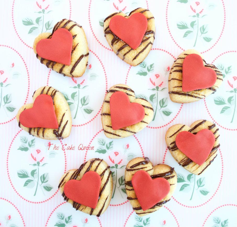 Mini bizcochos de chocolate blanco con centro de ganaché de chocolate blanco y frambuesas, mini bizcochos en forma de corazón