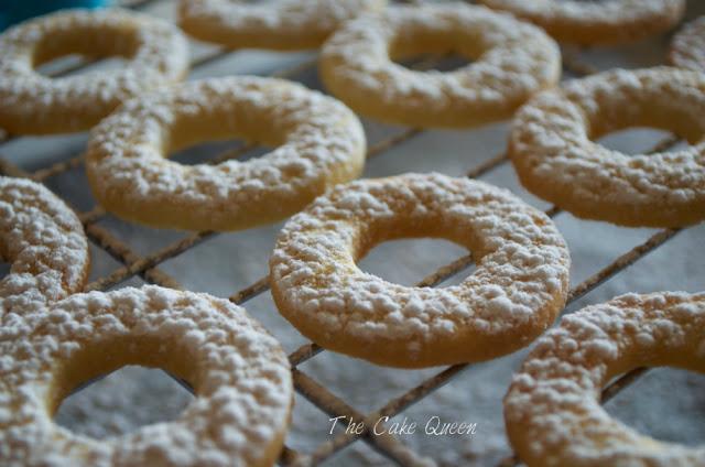 Galletas danesas con agujero en el centro y espolvoreadas con azúcar glass