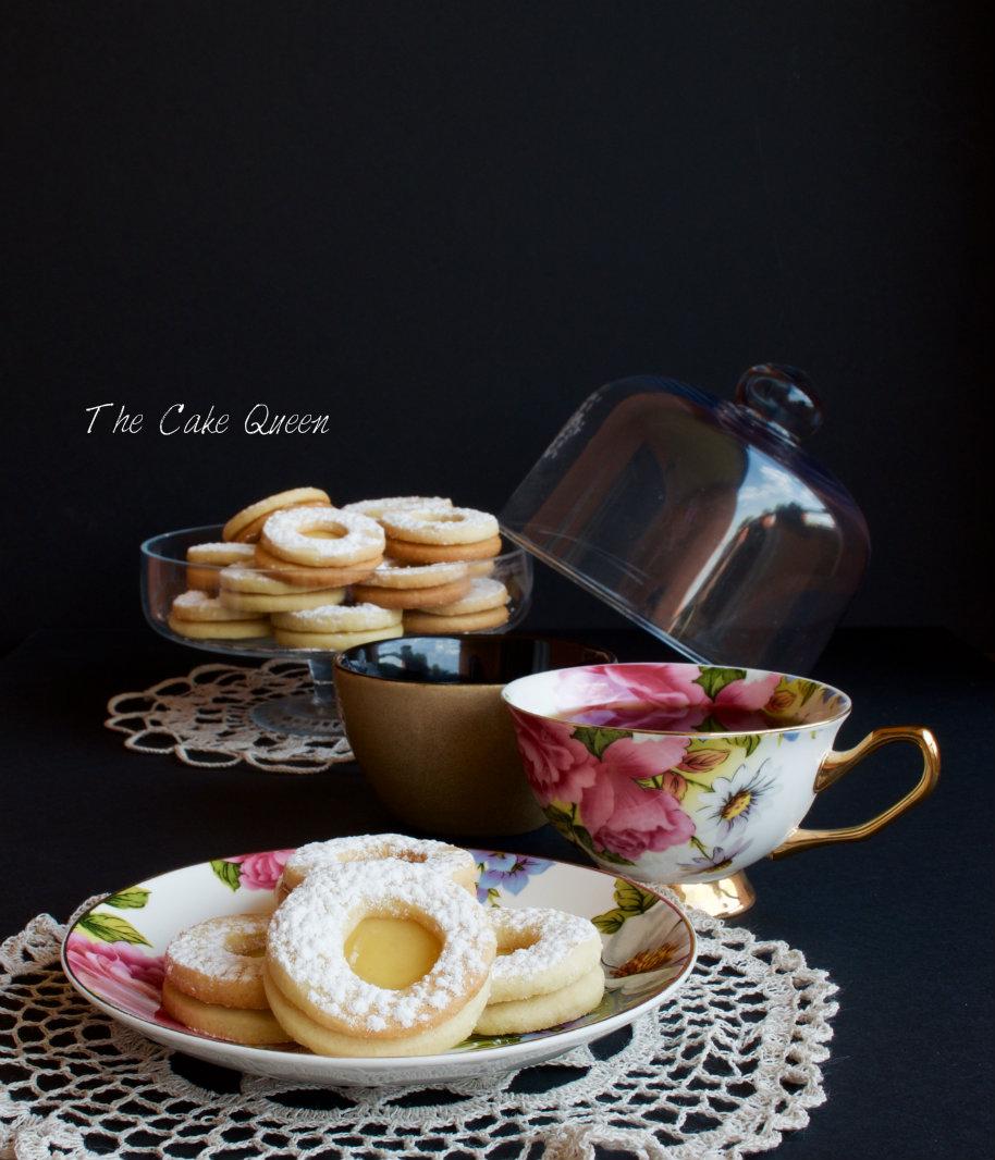 Galletas danesas de mantequilla con relleno de lemon curd servidas en un plato de porcelana