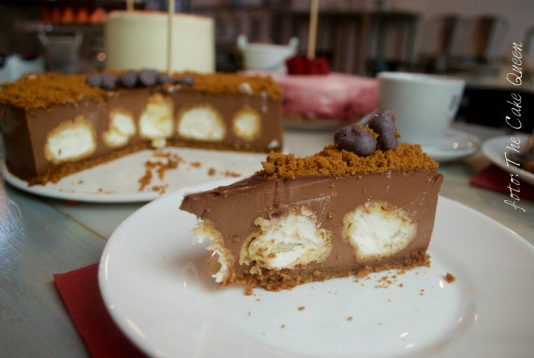 tarta de chocolate con profiteroles de nata