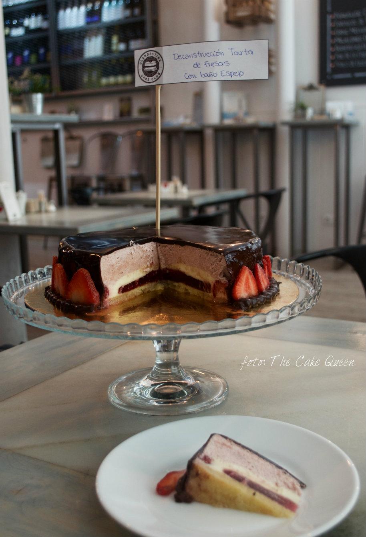 """Reunión clandestina de reposteros temática """"TARTAS SORPRESAS"""":Corte de la tarta de fresas con baño espejo"""