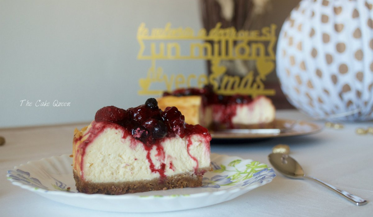 Trozo de Cheesecake al estilo New York con frutos rojos