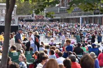 The crowd eagerly awaits Pope Francis at Independence Mall Sept. 26. (Sun photo | Katherine Long)