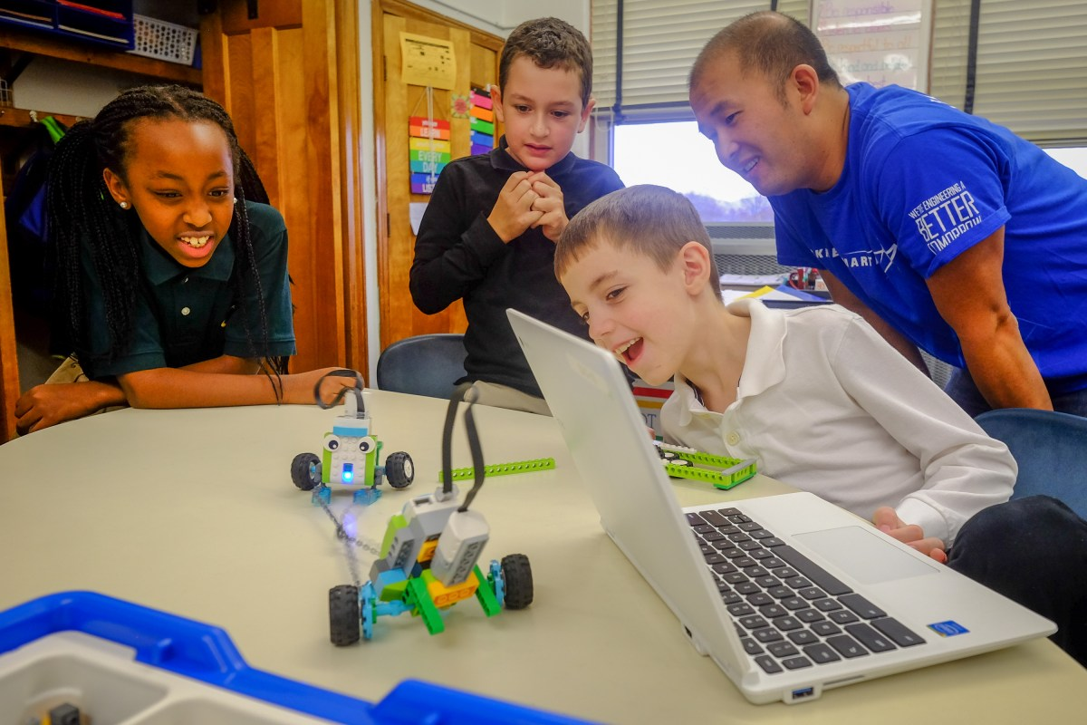 Lockheed​ ​Martin​ ​engineers​ ​bring​ ​Lego​ ​WeDo​ ​to​ ​St.​ ​James​ ​School