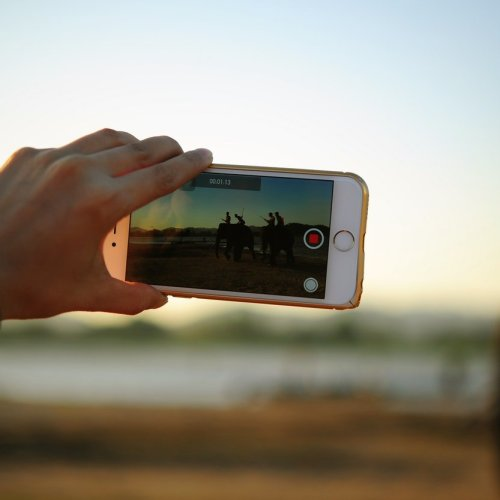 6 videos you can make on your smartphone to market your art