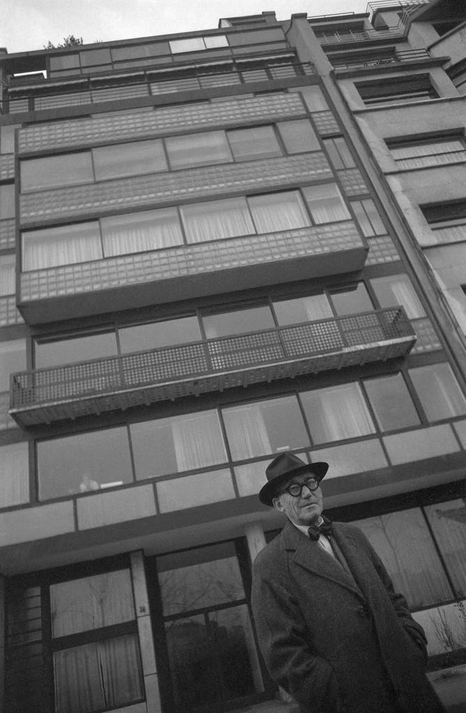 24, rue Nungesser et Coli, Boulogne-Billancourt, Devant l'immeuble Molitor