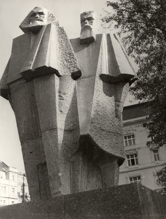 György Segesdi | Marx — Engels (1971). Boedapest | Budapest | Будапешт, 1973. Granit from Mauthausen, 1971. Original location: V. Jászai Mari tér.