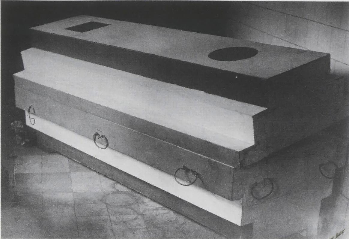 Suetin's arkhitekton coffin for Malevich (1935), side view