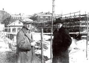 Le Corbusier with Nikolai Kolli in front of the construction site for the Tsentrosoiuz building in Moscow (March 1930)