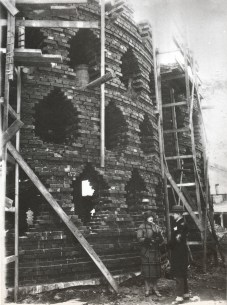 Mel'nikov with his wife standing outside the house during construction (1928)